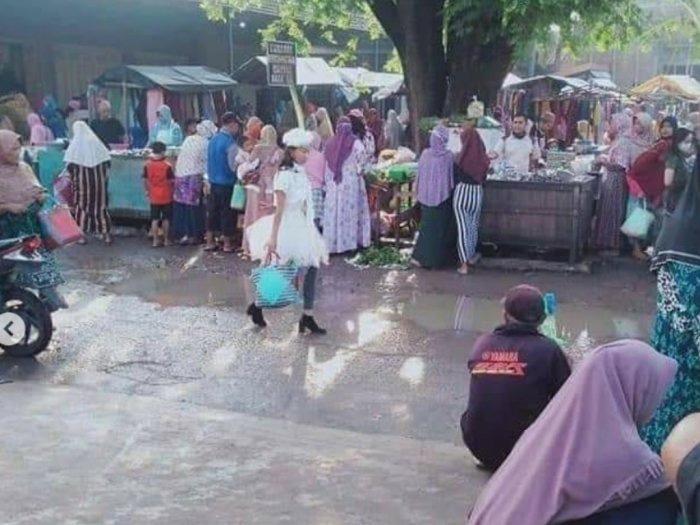Wanita Pakai Baju Bak Princess Belanja Becek-becekan di Pasar, Netizen Ngakak