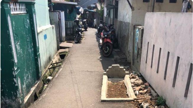 Unik, Ada Makam di Tengah Jalan dan Gang Sempit